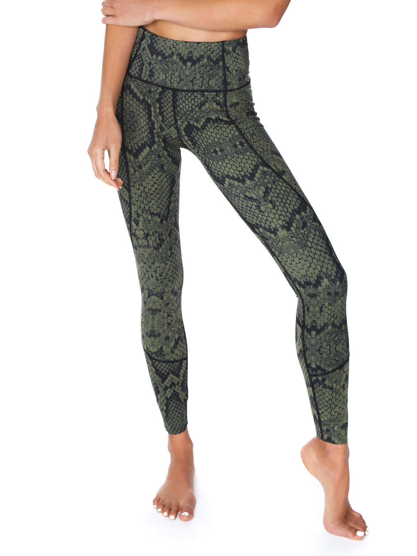 b26e2eda20 Girl outfit in a leggings rental from VARLEY called Bedford Tight