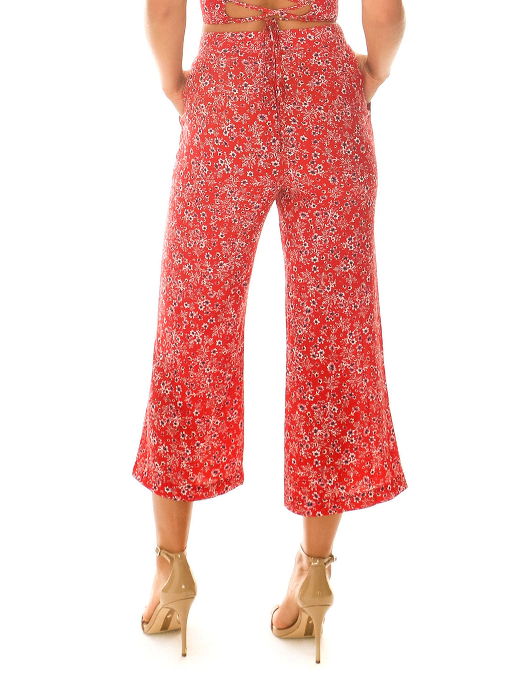Women outfit in a pants rental from Blue Life called Camilla Pant