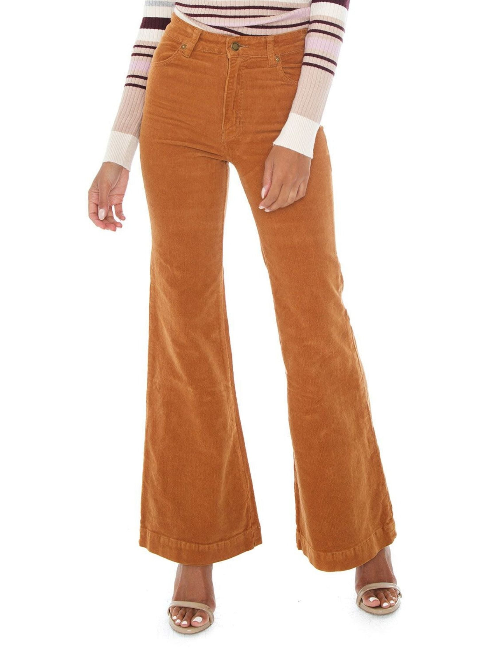 Woman wearing a pants rental from ROLLAS called Eastcoast Flare