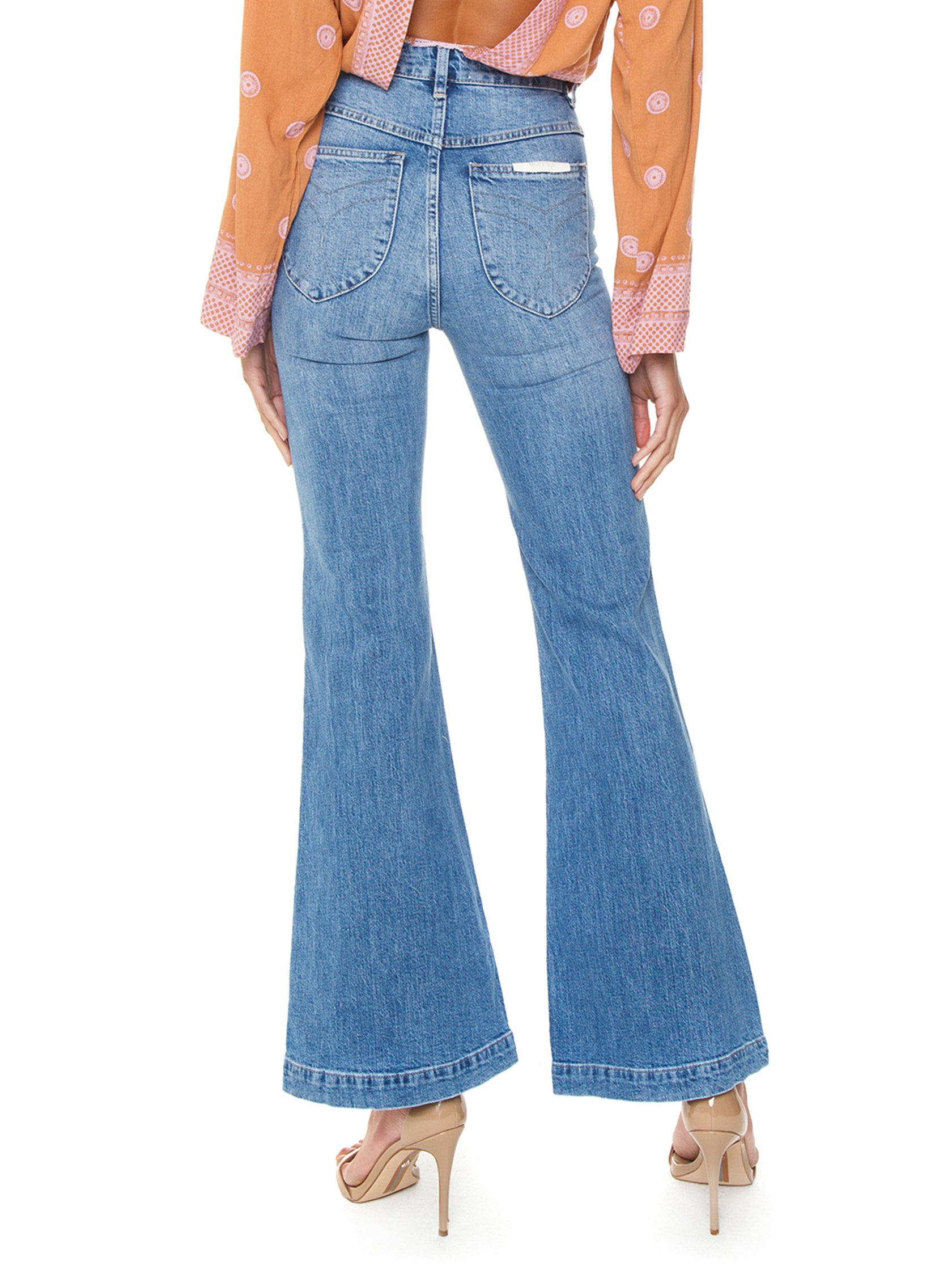 Women outfit in a denim rental from ROLLAS called Eastcoast Flare