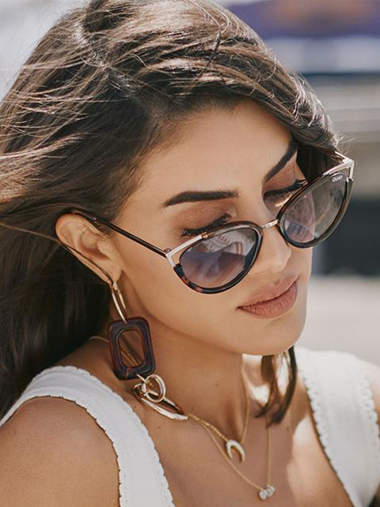 Women outfit in a sunglasses rental from Quay Australia called Dunes Cap