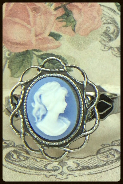 Cameo Ring with Scalloped Edge Setting