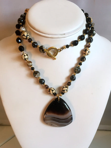 beaded shi shi necklaces/05 rounded pyramidal agate