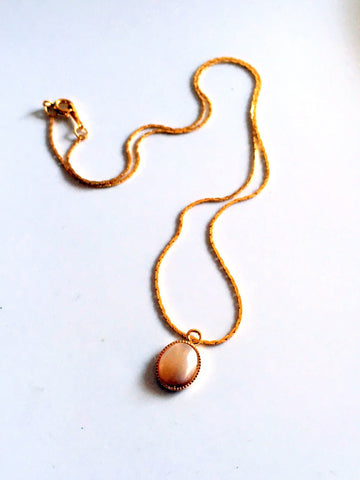 dainty stones/03 peach mother of pearl on gold