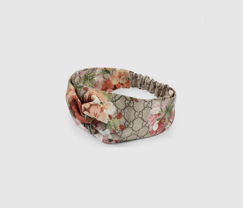 A silk headband in our GG Blooms print with a front knot detail.  GG Blooms print duchesse silk Knot detail Elastic detail 100% silk Made in Italy This item will be delivered in our special edition GG Blooms packaging