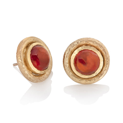 Yellow gold stud earrings set with round hessonite cabochon, in hammered texture border