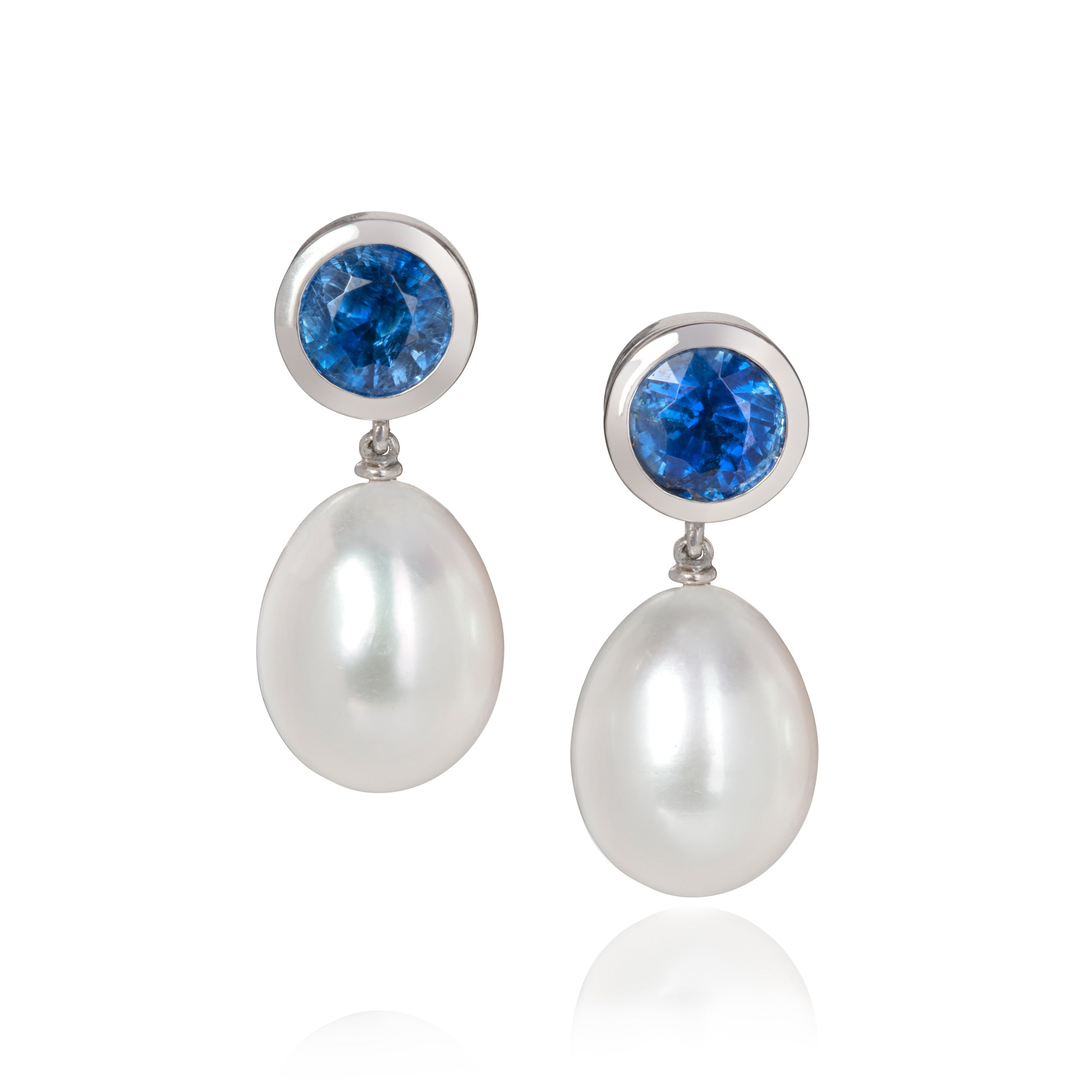 Drop earrings with tanzanite studs set in white gold, with pearl drops