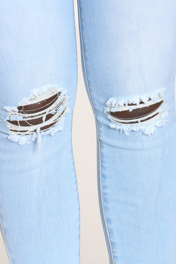 Women's Knee Ripped Fray Hem Jean - Ice Wash