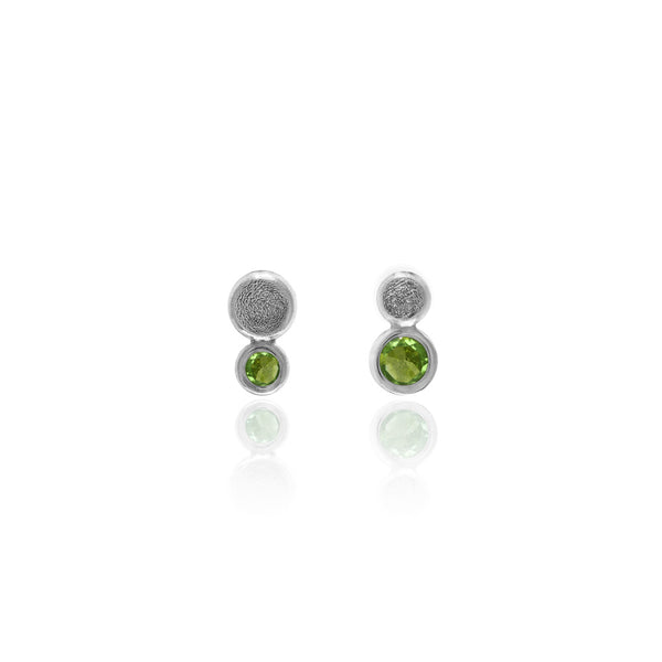 Halo mini stud earrings in textured sterling silver - peridot