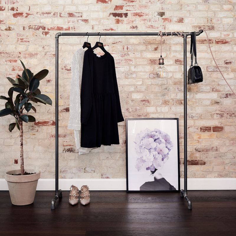 RackBuddy Bonnie - Industrial simple clothes rack in black water pipes with a hook