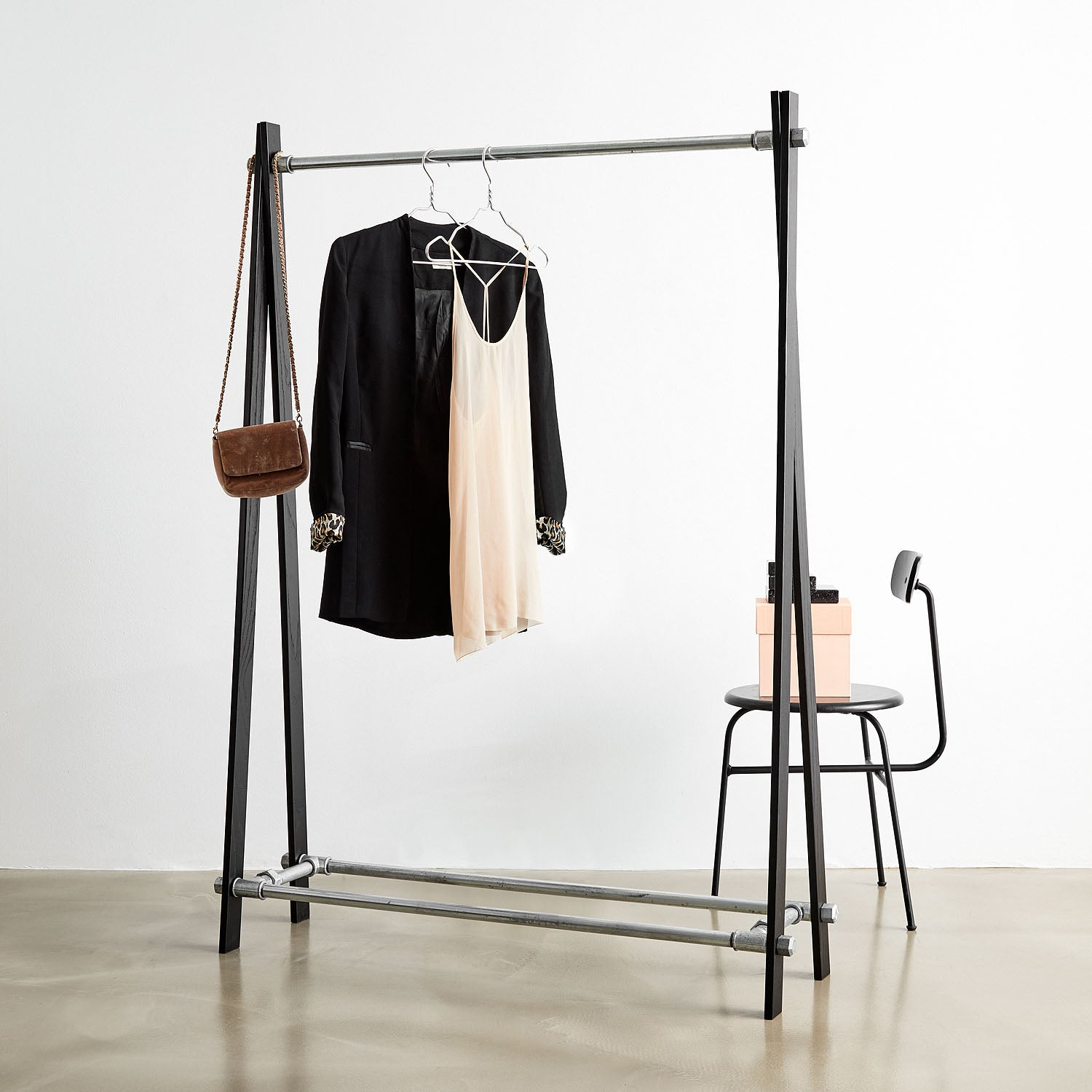 RackBuddy Freja – Clothes rack in black oak and silver iron