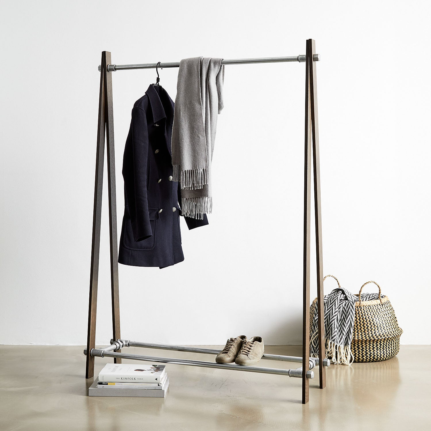 RackBuddy Saga – Clothes rack in brown oak and silver iron