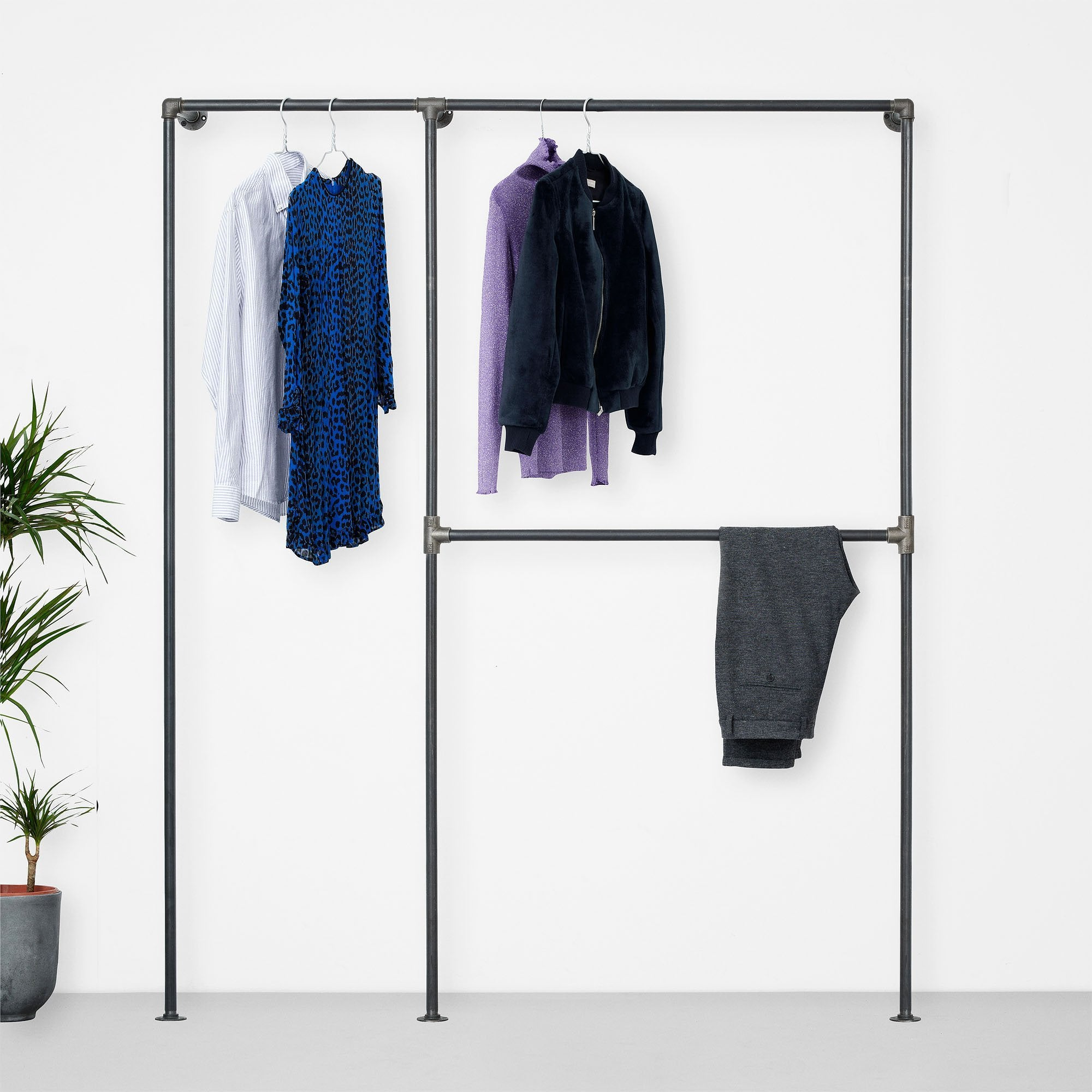 Walk-in wardrobe with room for both shirts, pants and a large space for dresses and jackets. A perfect solution to display your entire wardrobe.
