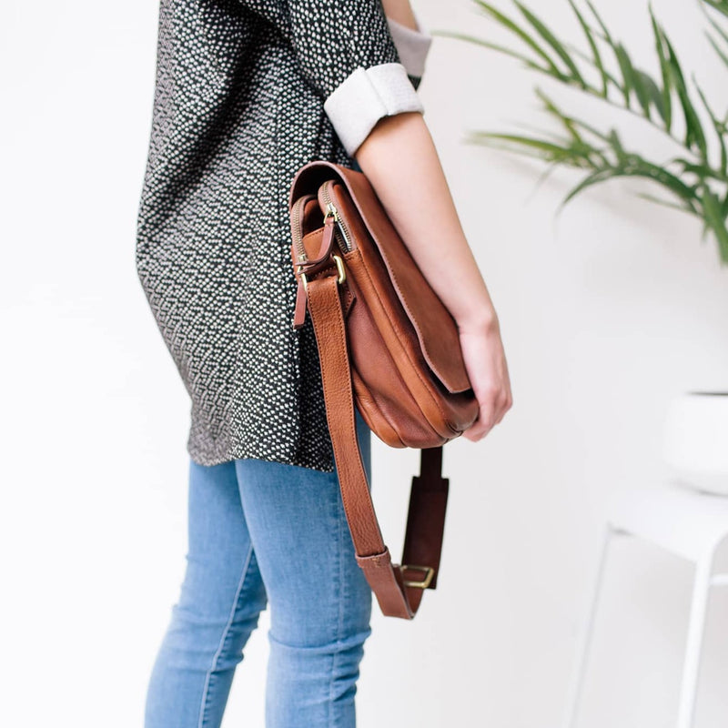 Ford messenger unisex walnut brown raw leather bag features an adjustable strap.