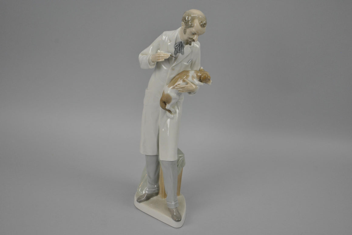 Lladro #4825 Veterinarian Animals Vet Doctor & Dog Glossy Figurine Retired