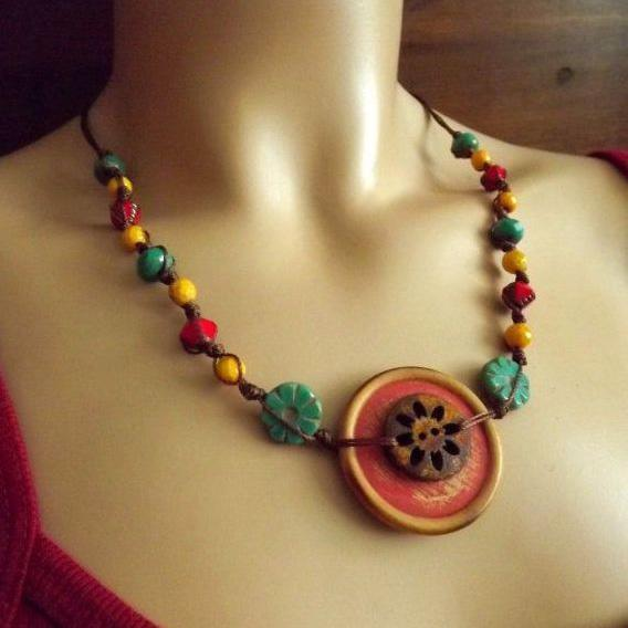 Learn to make a button bracelet and necklace to make your pastime productive