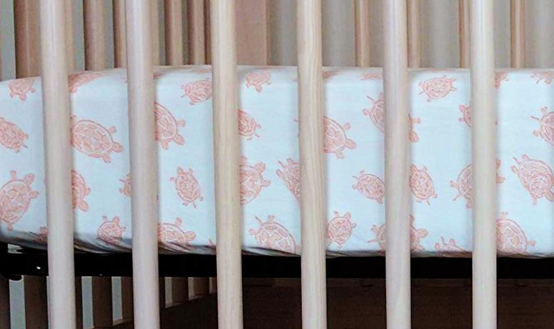 Crib Sheet in GOTS-Certified Organic Cotton – Turtle Pink