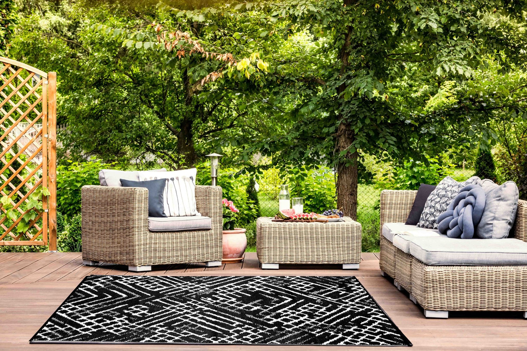 Channels Outdoor Recycled Plastic Rug (Black/White)