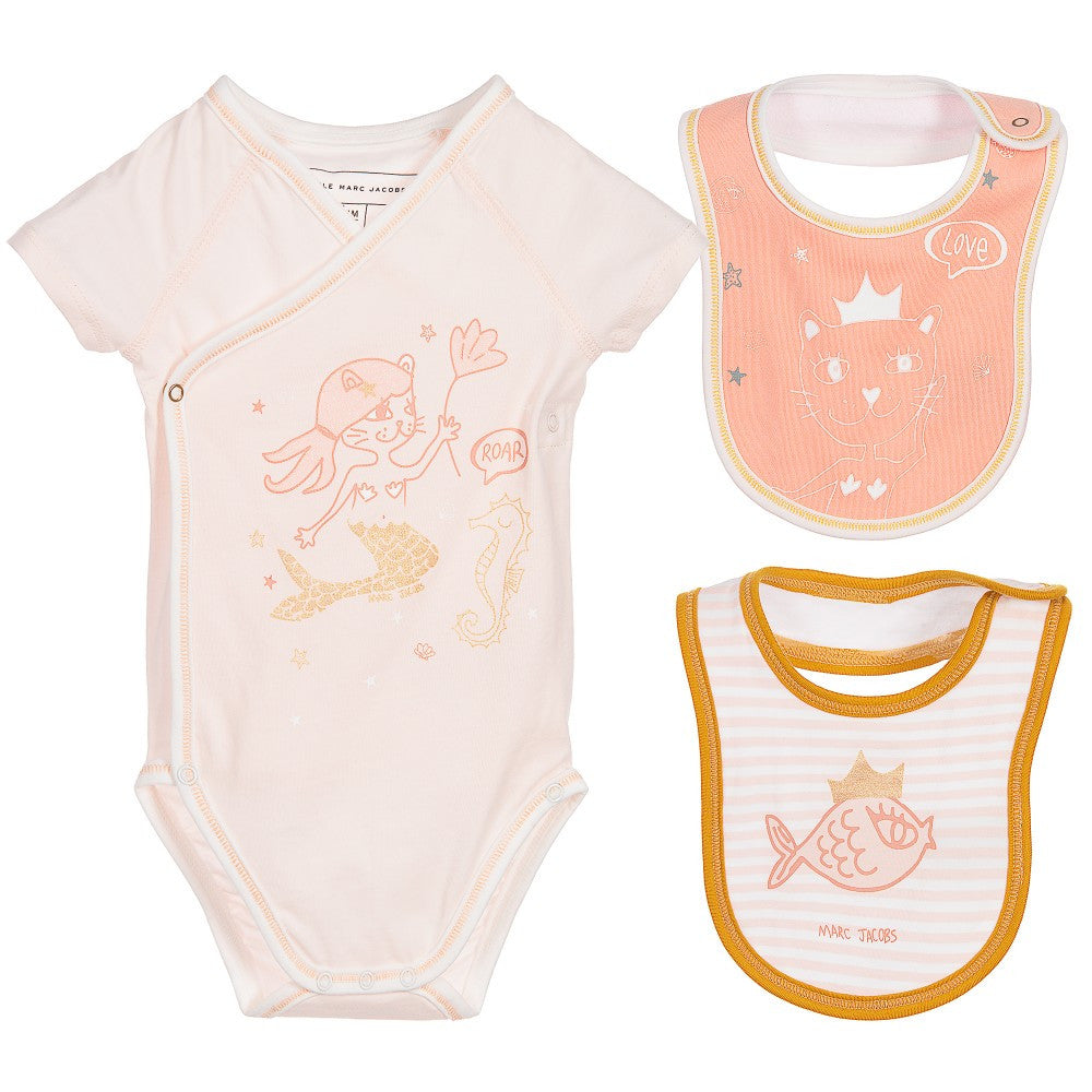 479558256 Little Marc Jacobs Baby Girls Romper   Bibs Gift Set – Petit New York