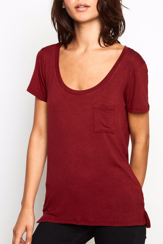 RELAXED FIT SCOOP NECK POCKET TEE