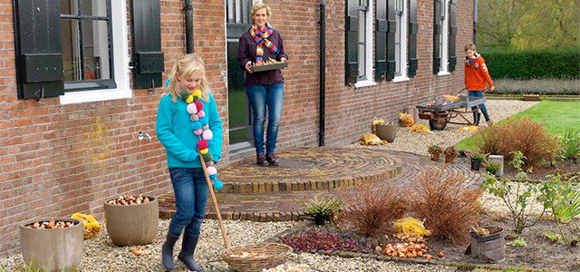 Planting flower bulbs with children: their unforgettable moments of sheer magic