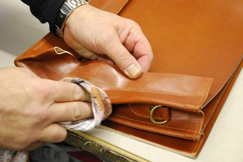 BRIDLE HIDE CUSTOM BRIEFCASE - finishing the edges by hand