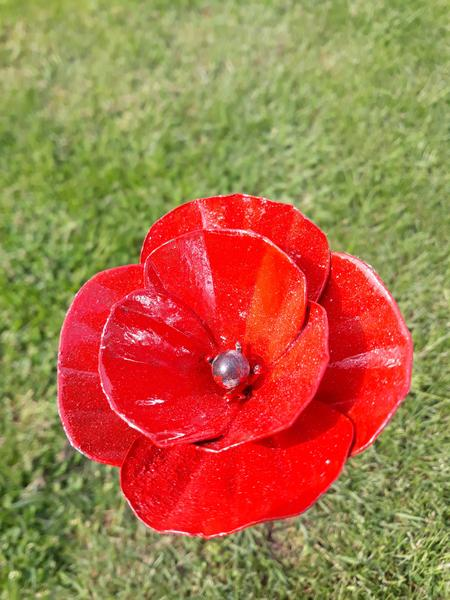 metalen poppies, recycle, papavers met vlinders aan zijkant