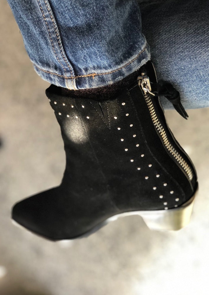 Woodie Boot Suede Black Stud