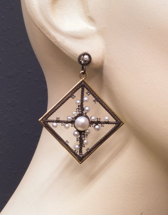 Frame earrings with pearls