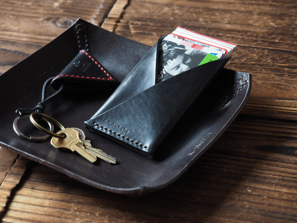 ES Corner Leather Minimalist Card Holder Slim Card Wallet Credit card Business card holder Black color with Guitar Pick Holder keychain on Black Valet Tray