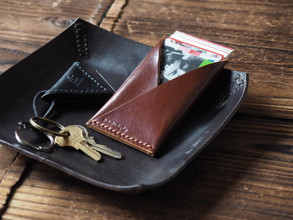 ES Corner Leather Minimalist Card Holder Slim Card Wallet Credit card Business card holder Whiskey Brown with black guitar pick holder keychain on leather valet tray