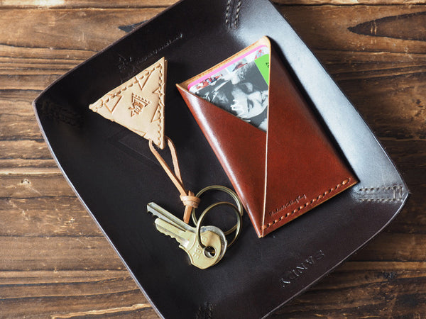 ES Corner Handmade Leather Guitar Pick Case Slim Card Wallet on Leather Valet Tray Natural Nude Brown