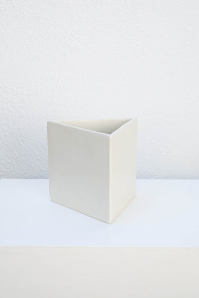 WHITE TRIANGLE TABLE POT