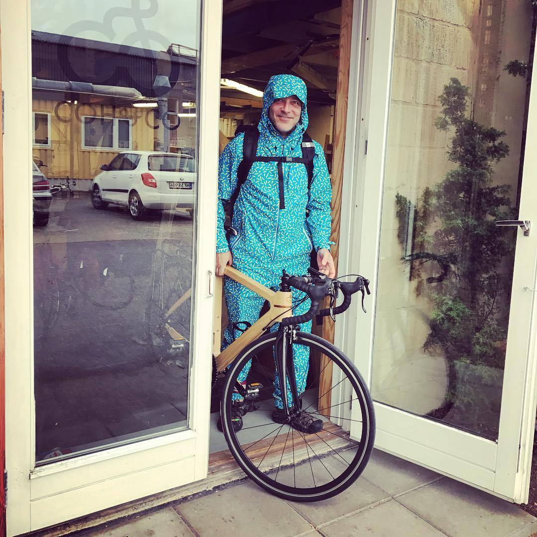 Danish weather calls for a Raynsie! ✌🏻🌧 @raynsie #prayforrain #rain #design #city #riding #swedish #colours #danish #weather #cycling #cyclinglife #woodenbike