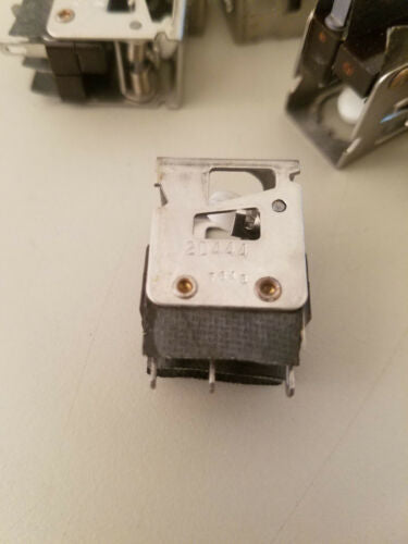 11 Micro Switch Pushbutton Switches 2D444 7646