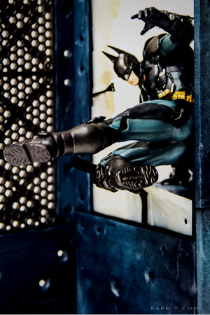RARE-T | First Modular Base Sculpted BATMAN - ARKHAM KNIGHT Statue side view