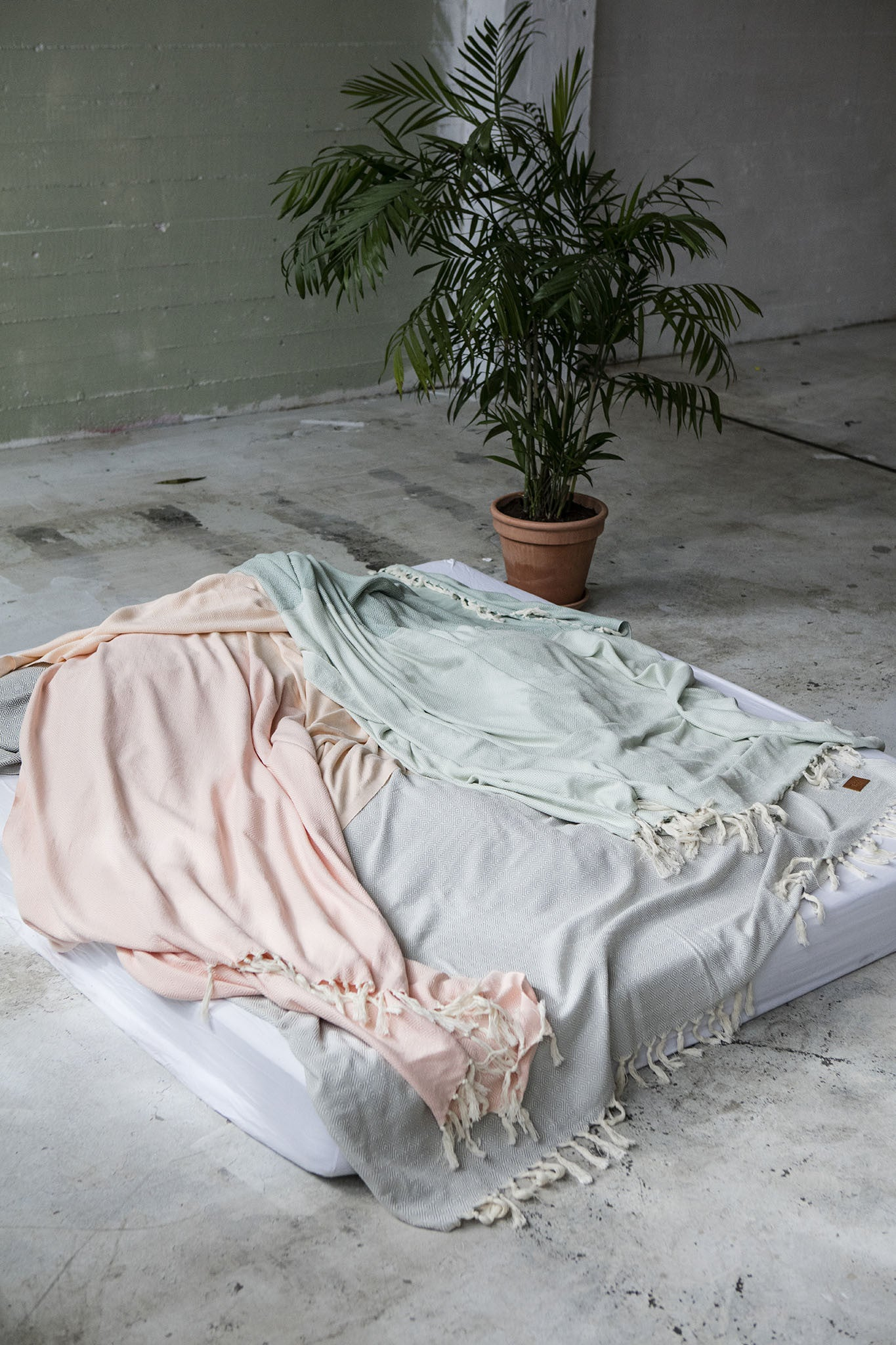 Soft and lightweight blanket. Ideal as a sofa blanket, a bed cover, a beach blanket, a picnic blanket and a table cloth. Aesthetically pleasing, takes up little space. STANDARD 100 by OEKO-TEX®, eco-friendly certification. 100% quality cotton