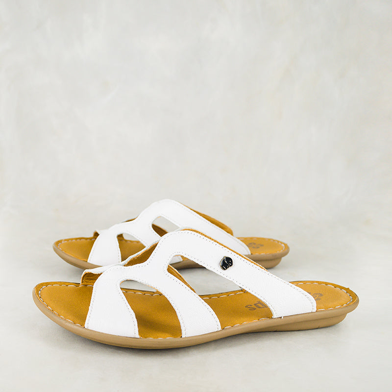 Nephula : Ladies Leather Tslops Sandal in White Cayak
