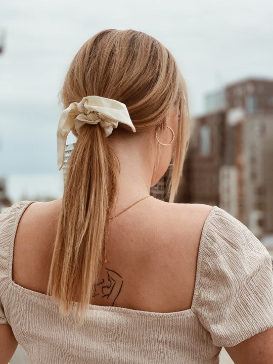 SILKE SCRUNCHIE WITH BOW WHITE