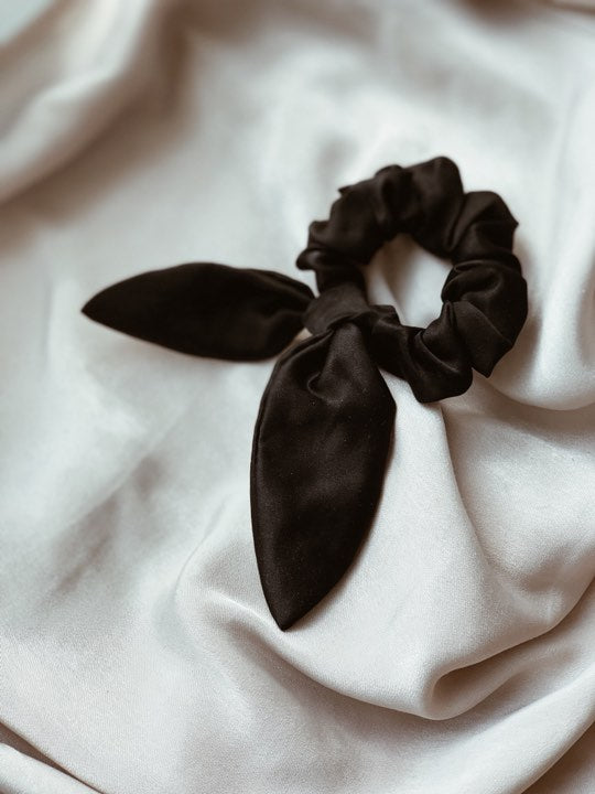 SILKE SCRUNCHIE WITH BOW BLACK