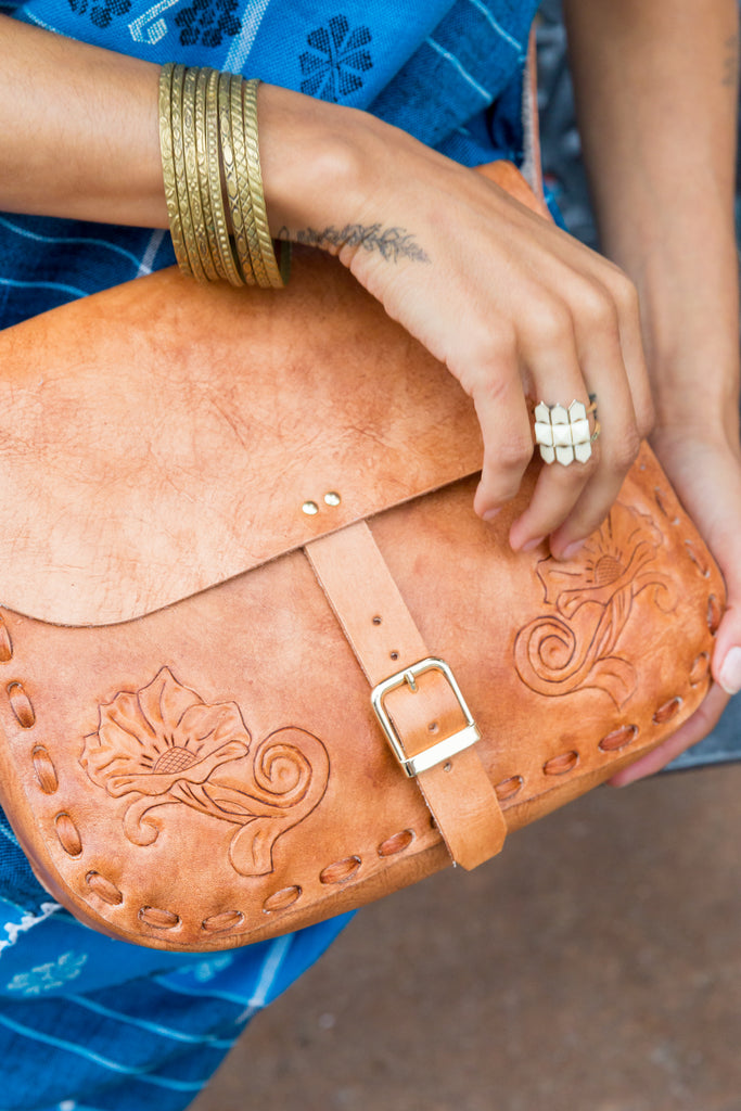 'DOS GARDENIAS' SADDLE BAG // CAMEL