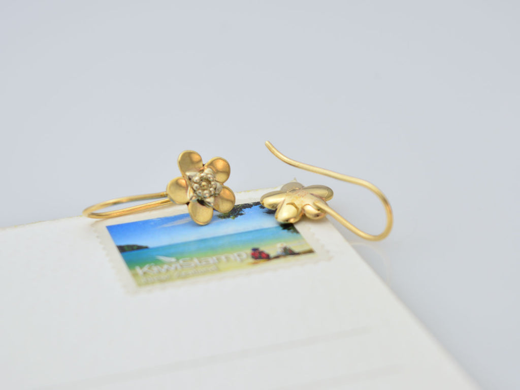 9ct yellow gold manuka drop earrings with white gold center on size sample