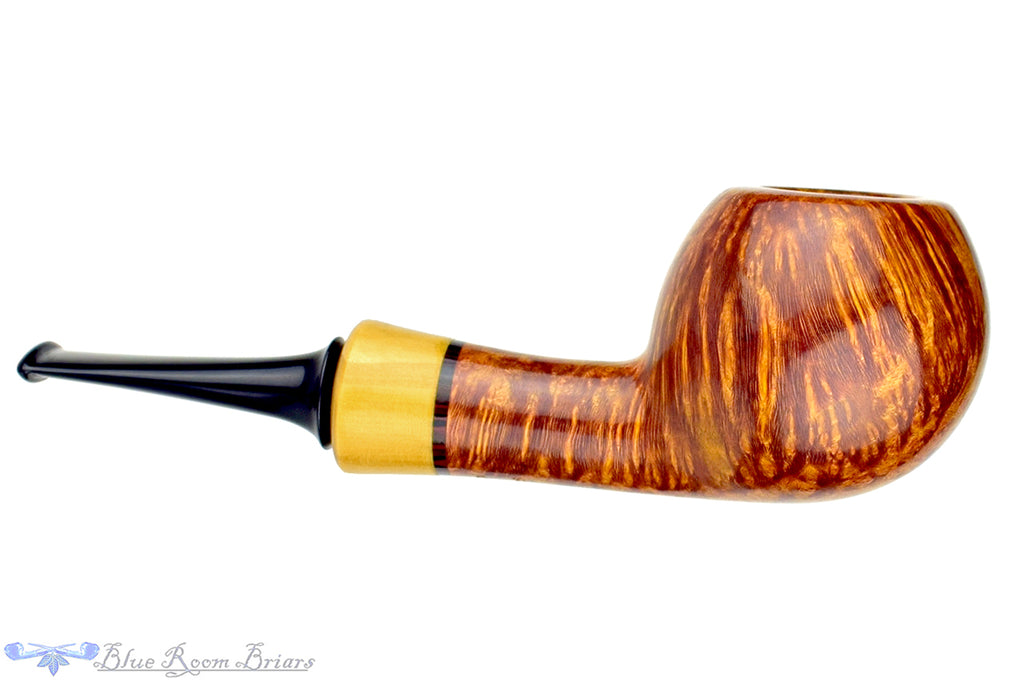 Blue Room Briars is proud to present this Tom Richard Pipe Smooth Apple with Boxwood