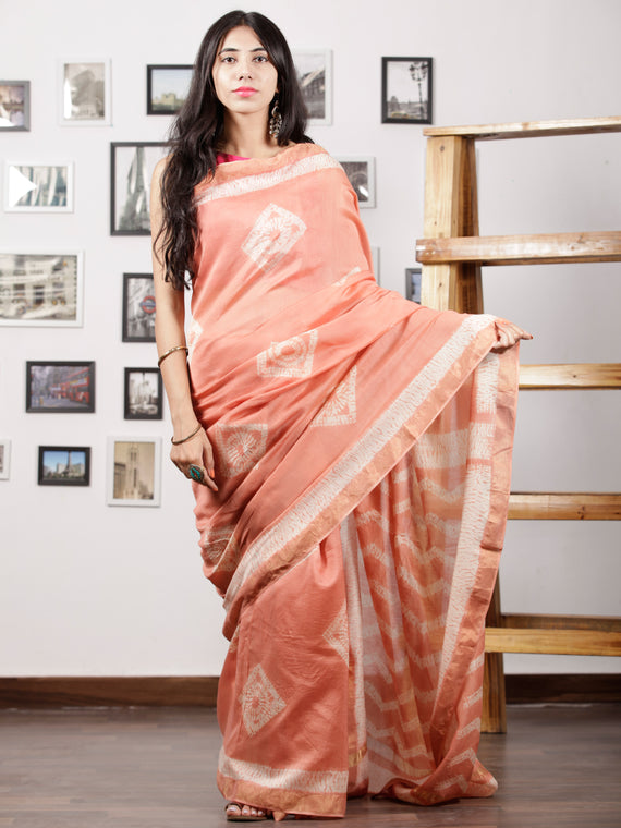 Peach White Maheshwari Silk Hand Shibori Dyed Saree With Zari Border - S031702963