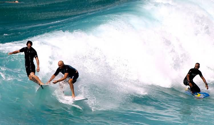 Dropping in: a disrespectful and intolerable behavior in surfing   Photo: Shutterstock