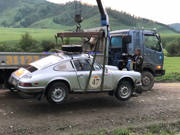 Nico Samaras and Mark Gudaitis compete in the Peking to Paris rally 2019 - Tow truck arrives in Siberia
