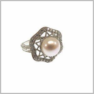 HG28.263 Pearl Shield Ring