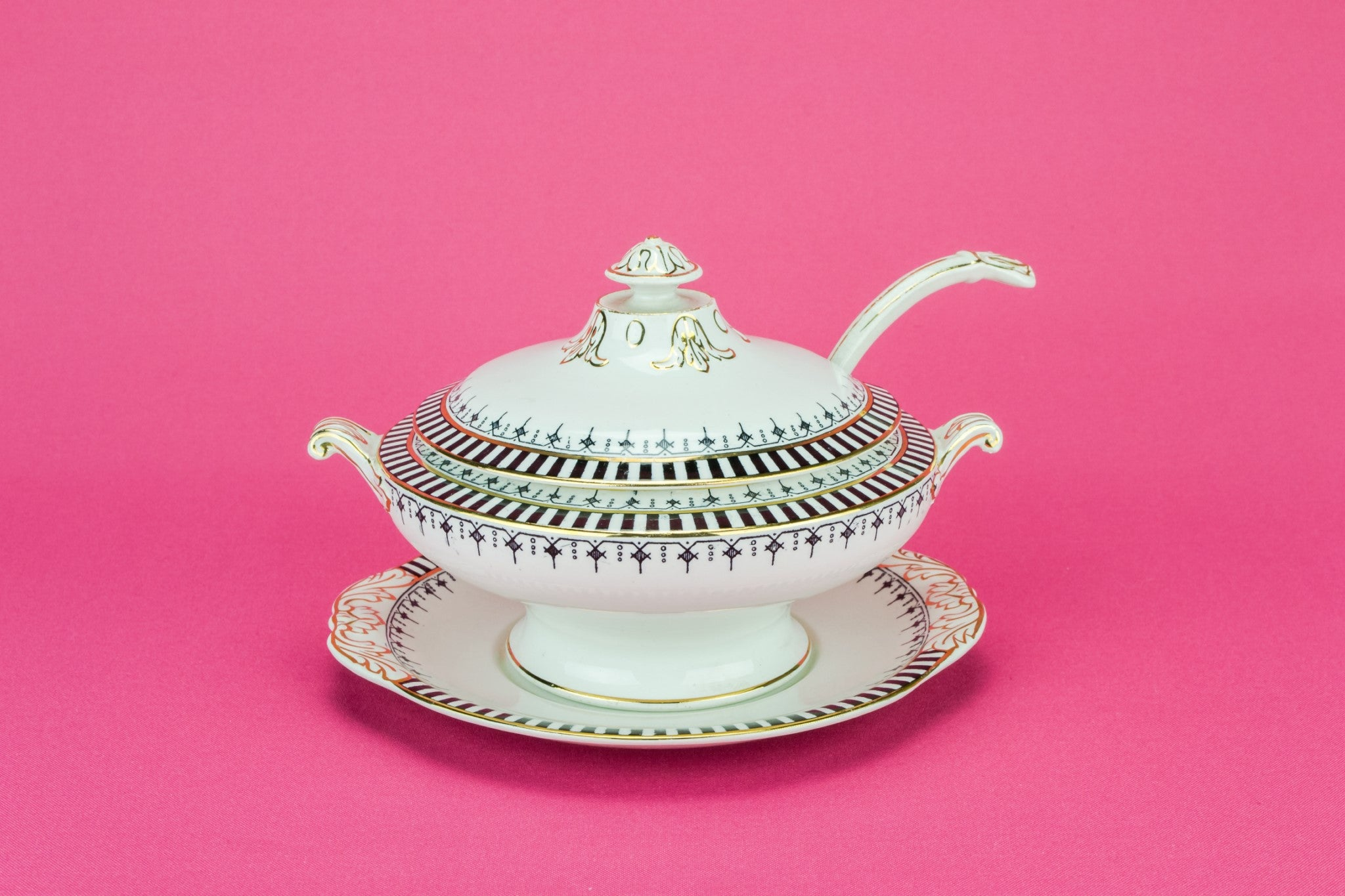 Gravy tureen and ladle