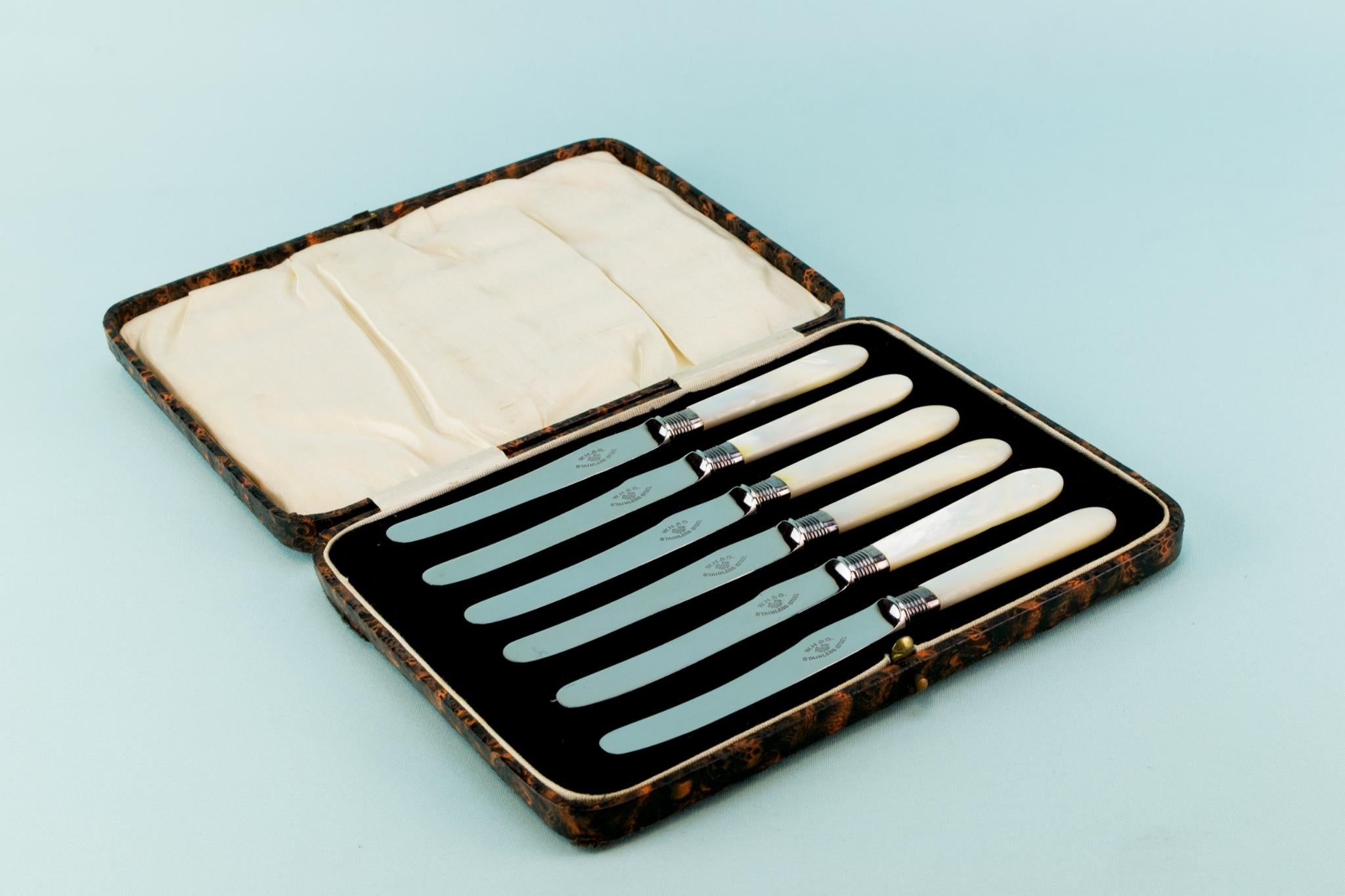6 mother of pearl butter knives, English 1930s
