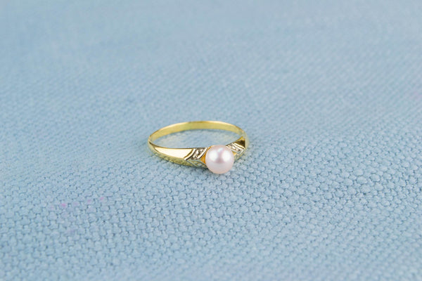18ct Gold and Pearl Solitaire Ring